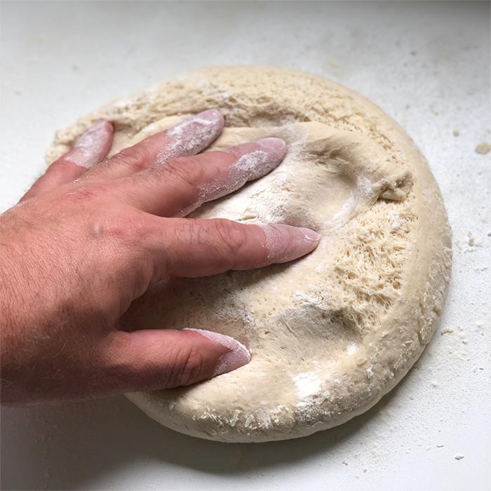 Bageta sklobásou, karamelizovanou cibulí atymiánem