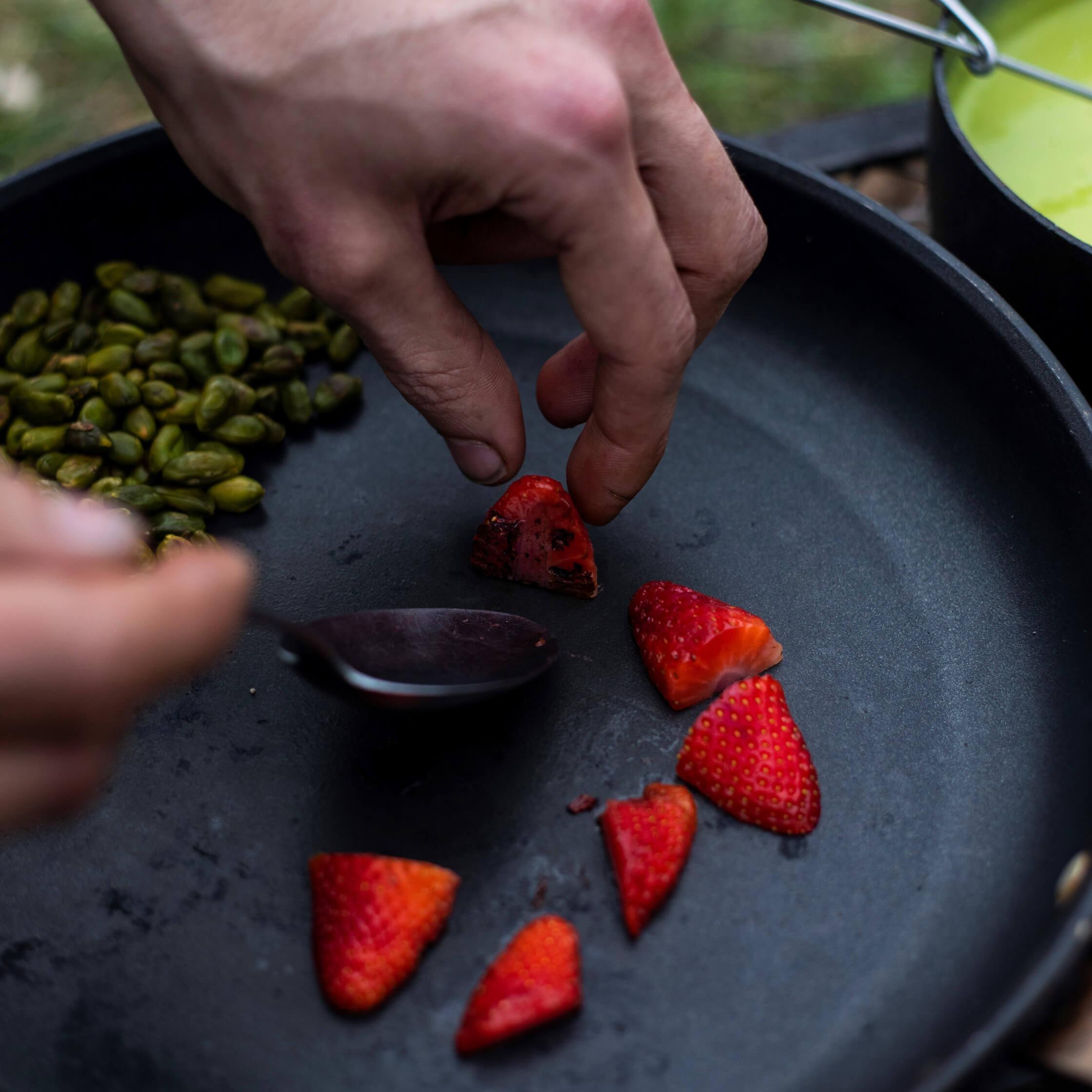 Chřestová polévka spistáciemi agrilovanými jahodami