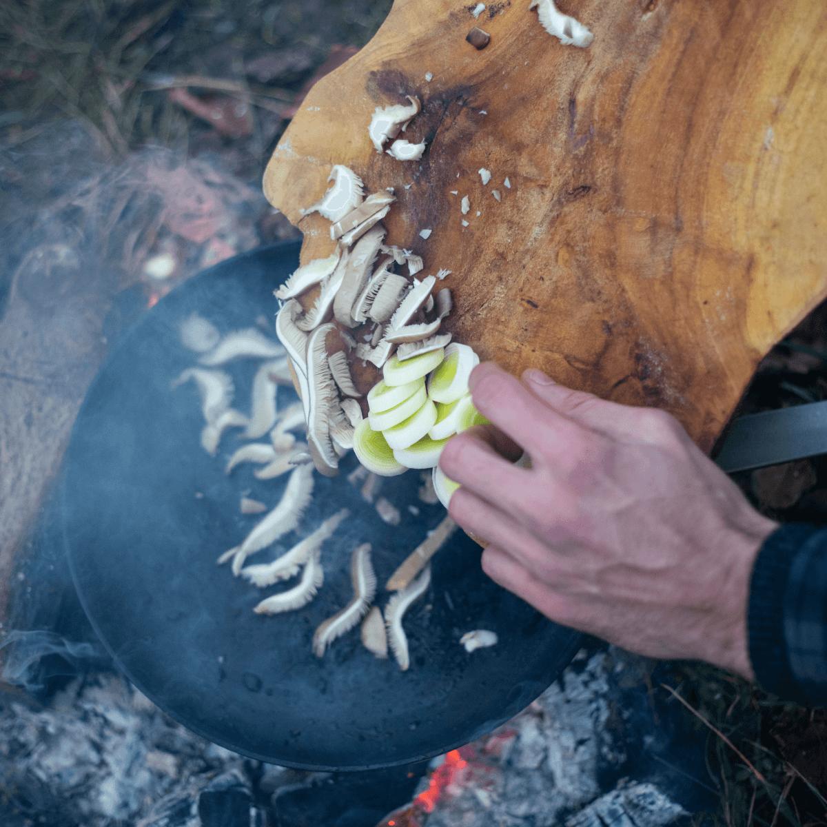 Houbový vývar skořením, pórkem ahlívou