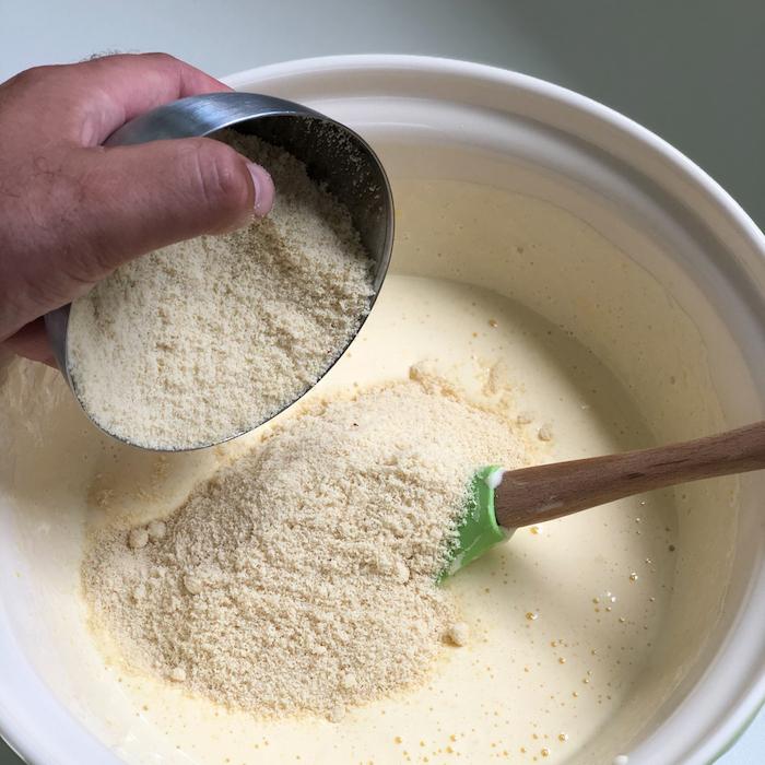 Jahodový dort zmandlové mouky