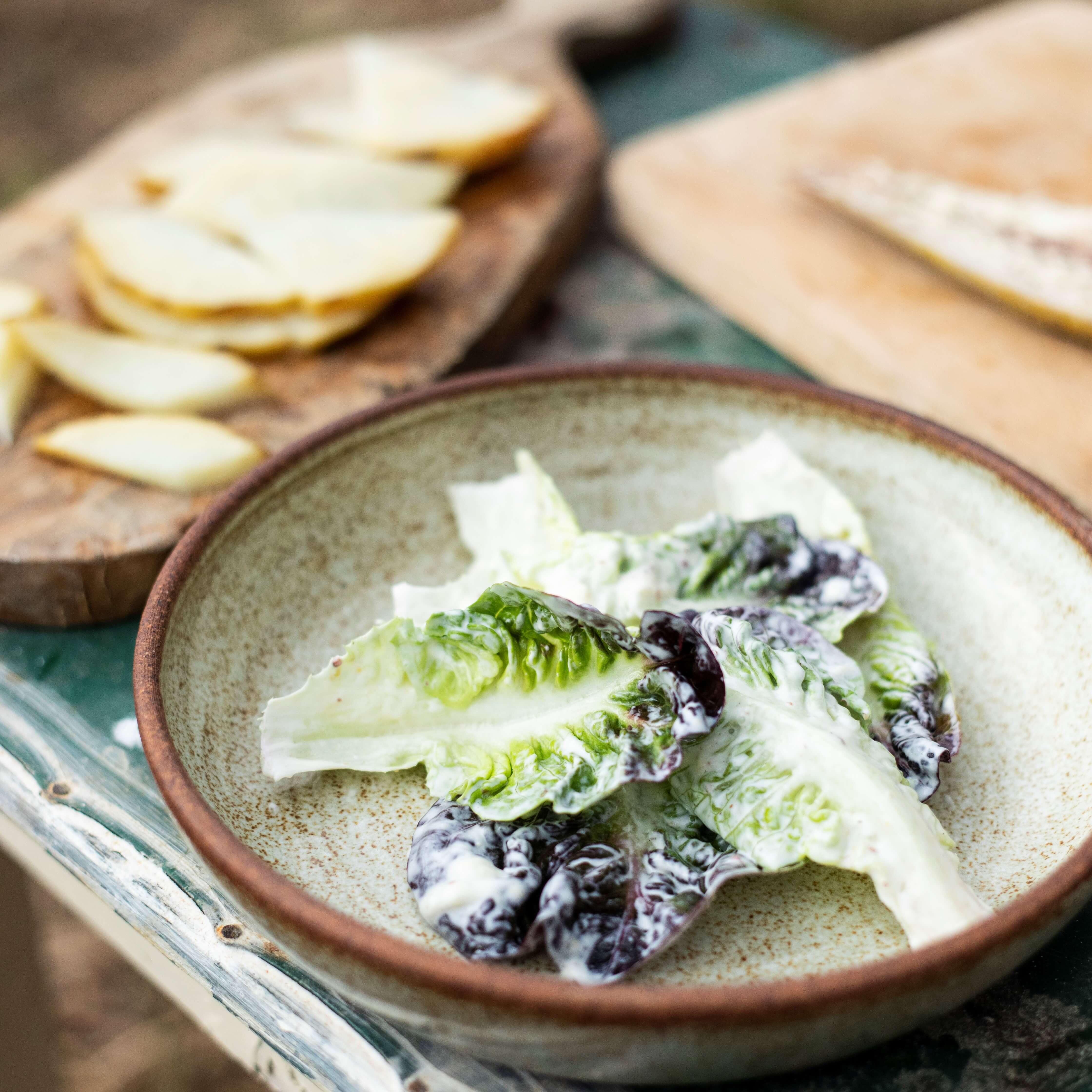 Salát suzenou makrelou, pečeným celerem, hruškou, majonézou alískovým oříškem