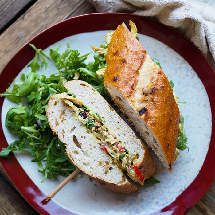 Kari sendvič strhaným kuřecím masem
