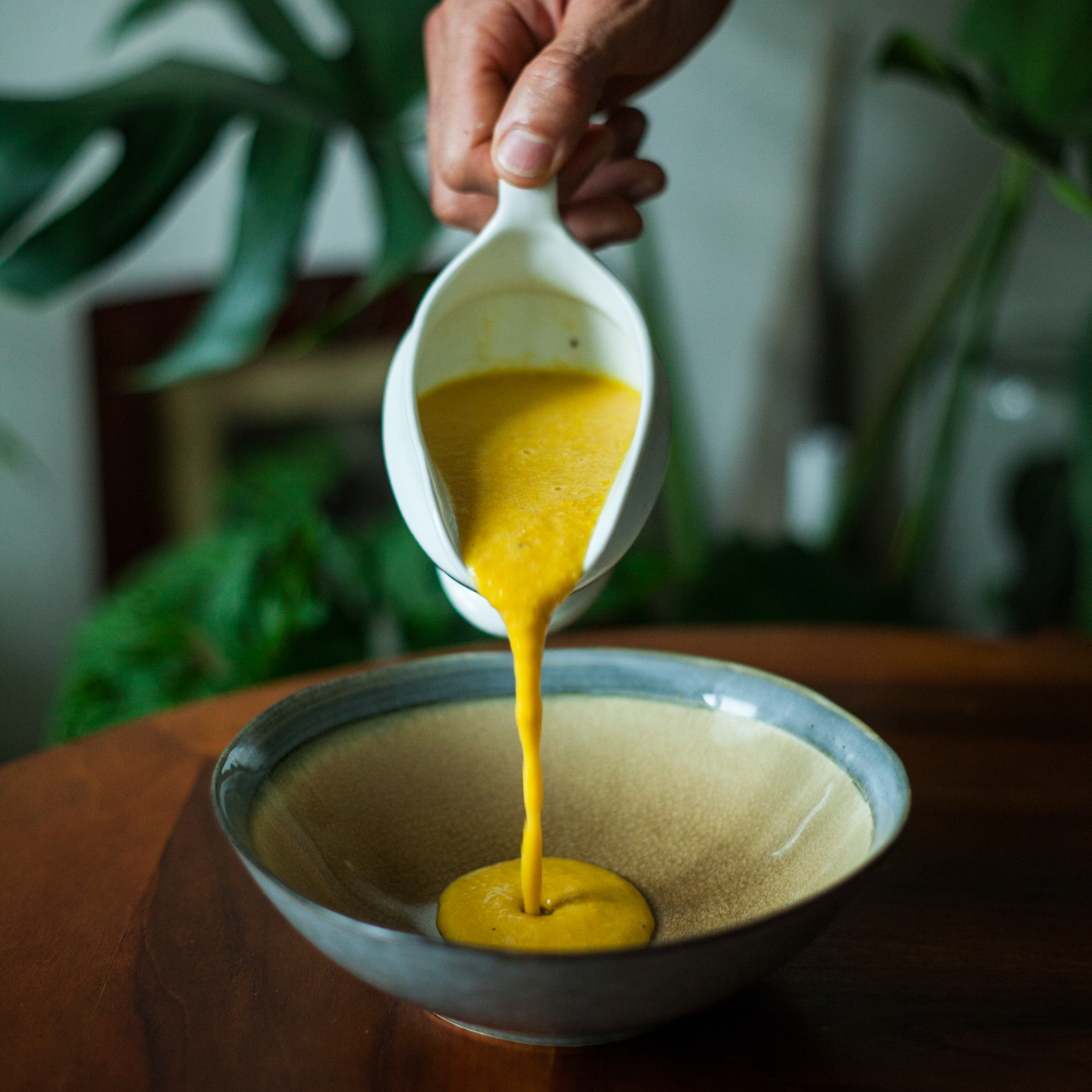 Studená kukuřičná polévka srajčaty azakysanou smetanou