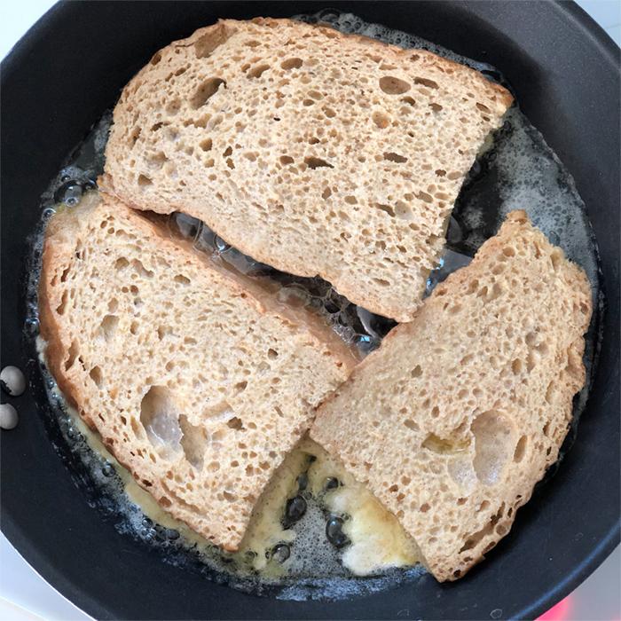 Španělský toast Torrijas zestarého chleba