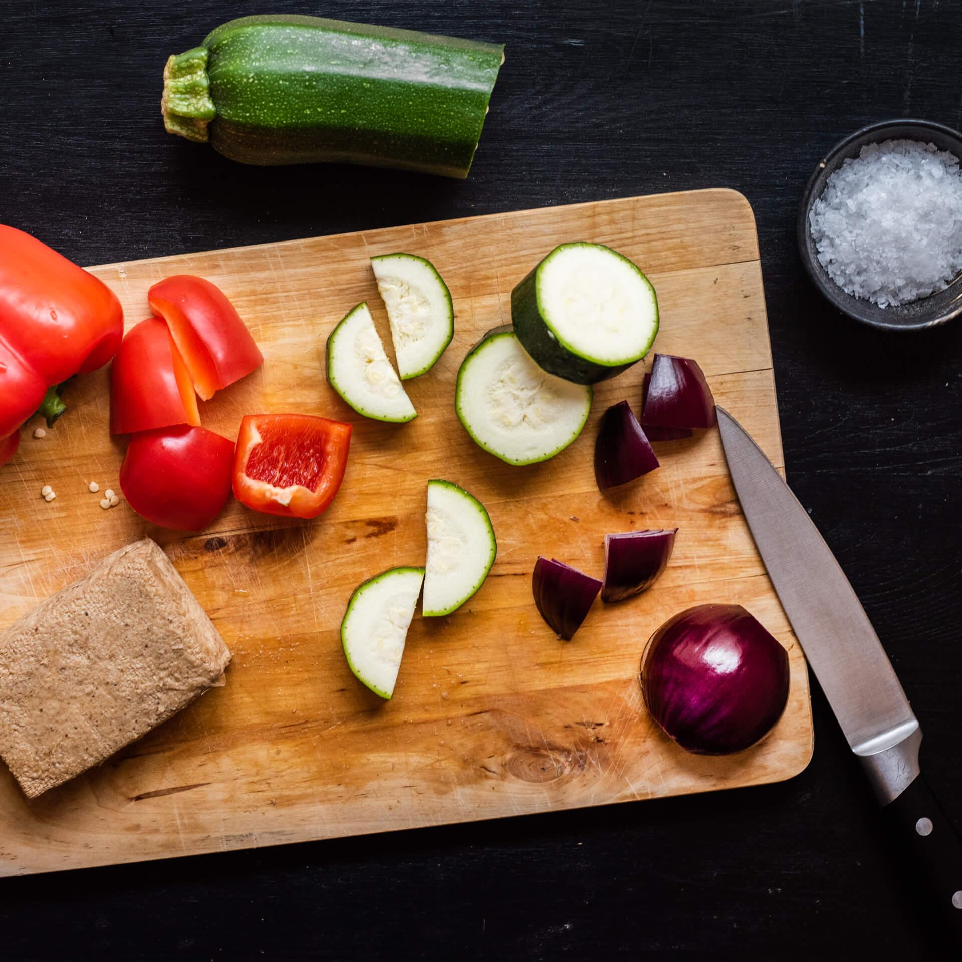Veganské špízy stofu azeleninovými hranolky
